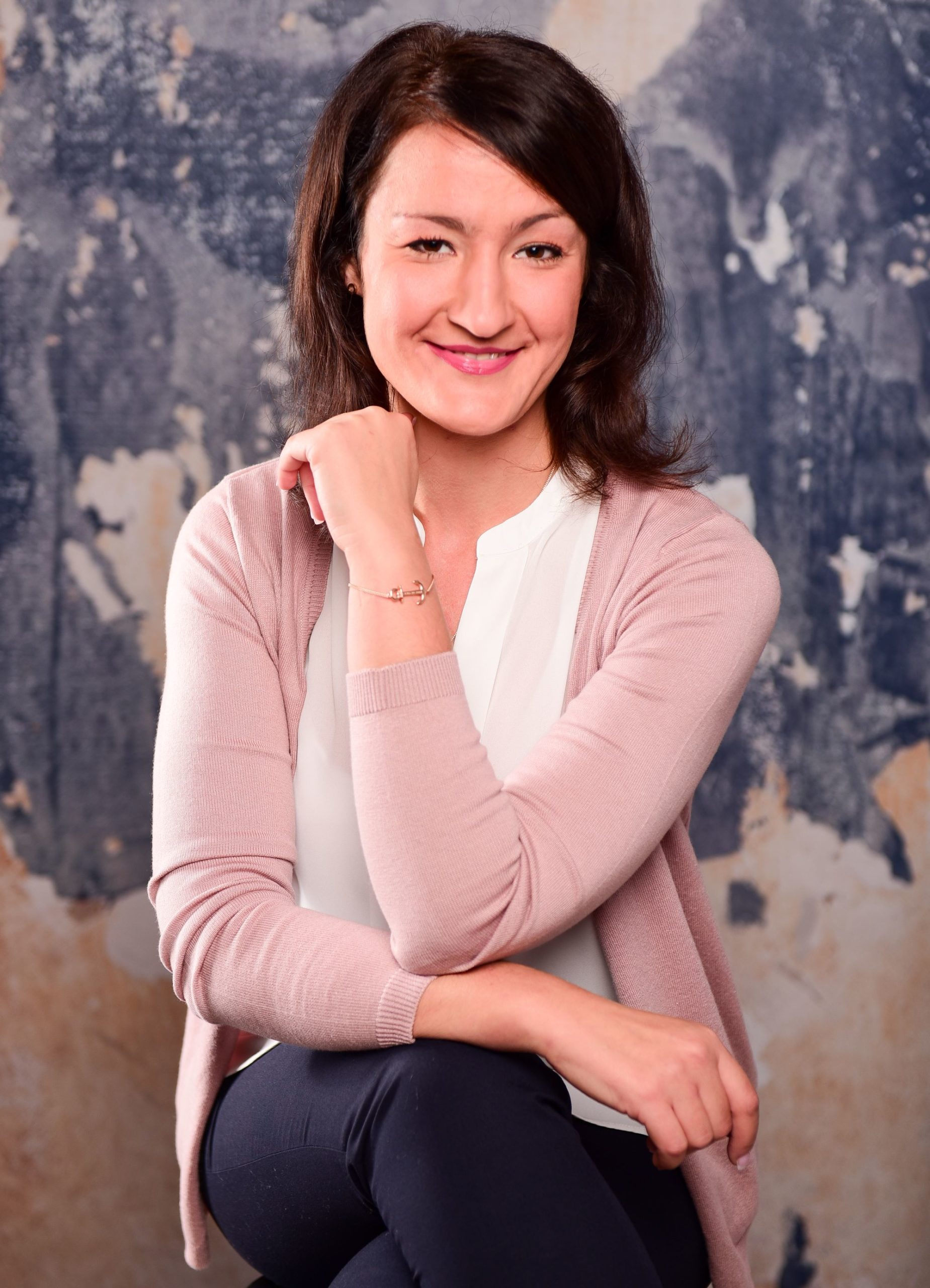 Milena Czogalla vom Online Soulbusiness Support sitzt auf einem Stuhl.